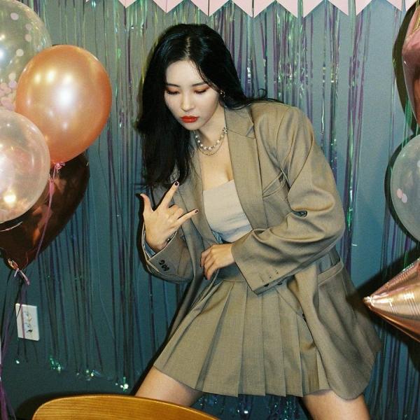 Sunmi thật sự là hình mẫu nên học nếu bạn thích kiểu phong cách lấy cá tính làm chủ. Chỉ đơn giản là phối áo quây màu be với set váy và áo blazer cùng gam màu nhưng đậm hơn đã khiến nữ Idol trong thật thời thượng.