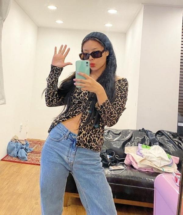Yubin mix áo da báo lộ em và quần jeans bạc màu siêu chất.