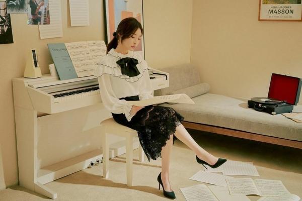 Một chút vintage tiểu thư từ Chungha với áo blouse vai bồng, nơ tiểu thư và chân váy hoa.