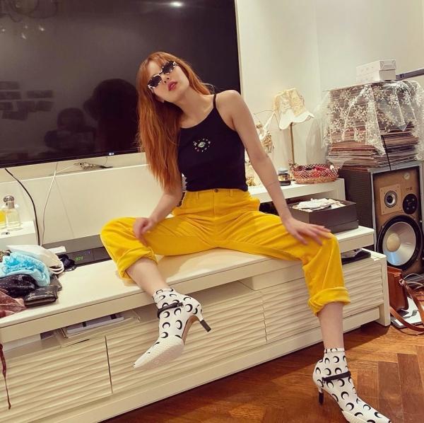 Hyuna kết hợp những 3 màu khác nhau trên cùng 1 set đồ mà vẫn ra hiệu quả như mong muốn.