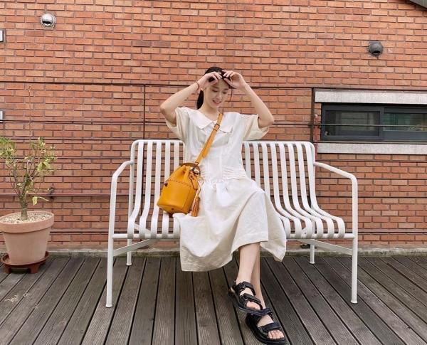 'Ý tưởng lớn gặp nhau', Seolhyun cũng chọn màu trắng, vàng nắng và đen để phối nhưng theo kiểu nhẹ nhàng nữ tính hơn. Nếu bạn thấy mình 'non tay' thì hãy học cách phối của Seolhyun thay vì Hyuna.