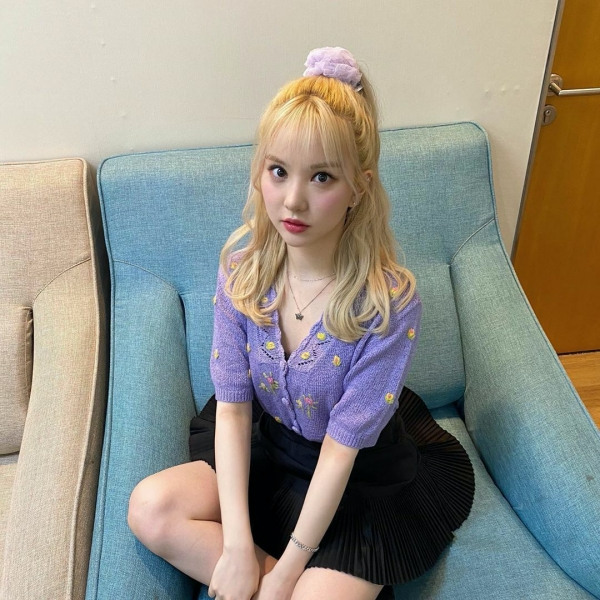 Eunha lại phối đồ siêu 'ngọt' mắt với màu tím lavender đang là trend hiện tại với chiếc váy xếp ly ngắn là 'bạn thân' của mọi cô bạn gái.