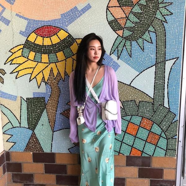 Wheein phối đồ siêu ngọt mắt giữa áo cardigan màu tím khoai môn cùng chiếc đầm hai dây chất lụa thoải mái.
