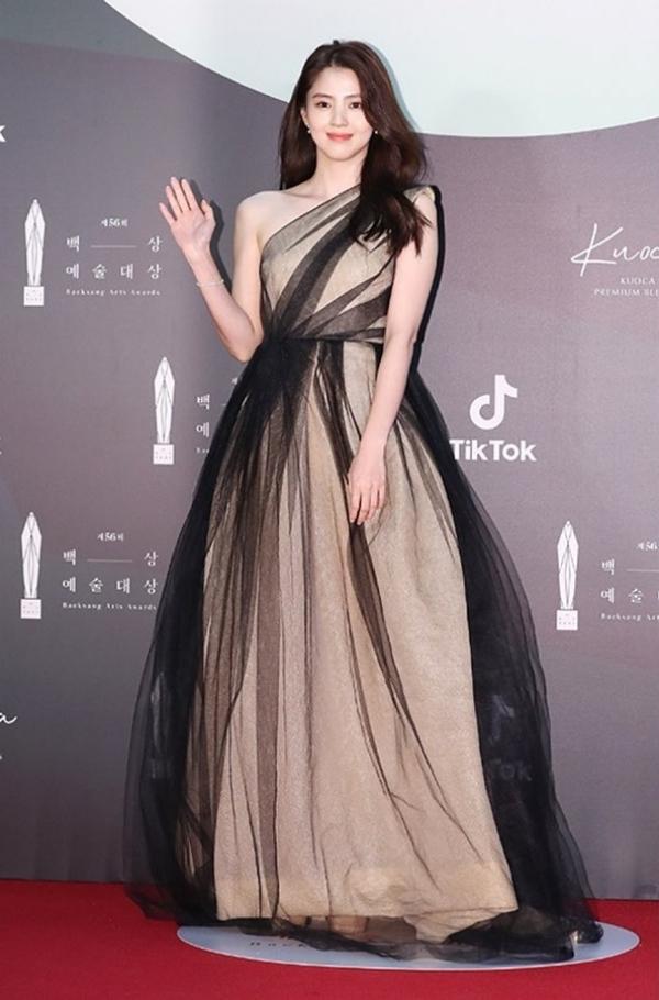Han So Hee đẹp xuất sắc khi đến dự lễ trao giải với chiếc đầm lệch vai, màu sắc đen và be xen kẽ.