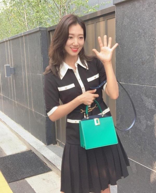 Thần thái của Park Shin Hye thì không có gì để chê nhưng có điều chiếc đầm cô mặc lại có kiểu dáng hơi già và 'sến', thêm chiếc túi xách màu xanh mint chẳng liên quan gì mấy càng 'dìm' khí chất hơn.