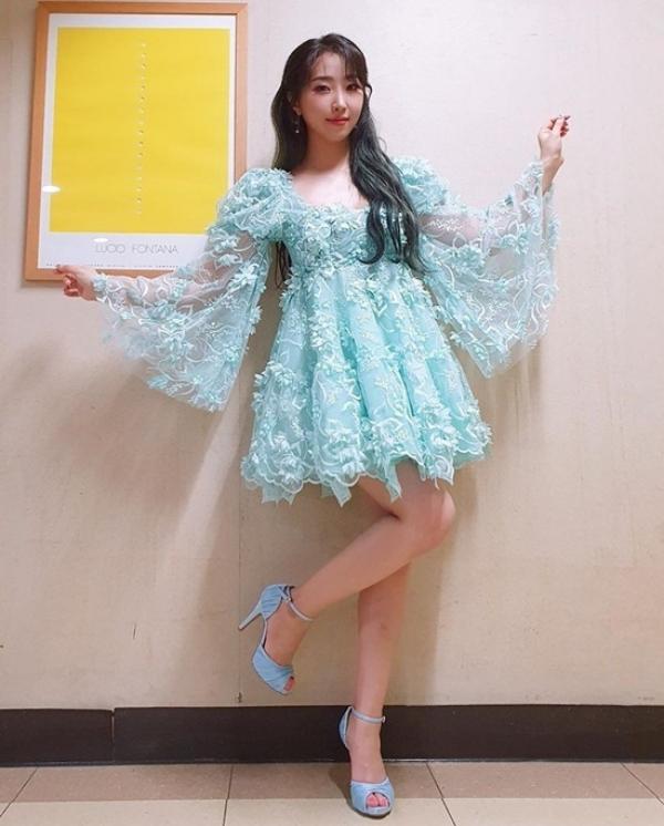 Váy của Minzy bị chê là bánh bèo quá thể, thêm đôi giày màu sky blue tưởng rất hợp nhưng lại thành điểm lạc quẻ của set đồ.