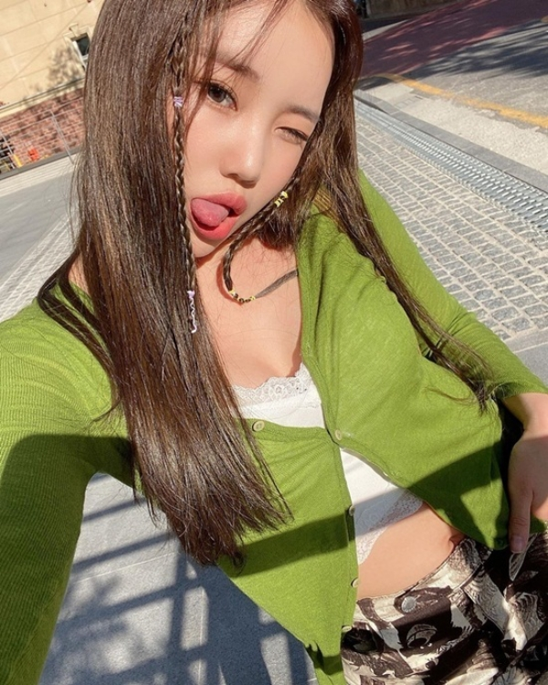 Phần trên của JooE đã ổn lắm rồi khi biết tận dụng trend áo cardigan chất len cài nút và bra top trắng để tránh hở hang, nhưng bên dưới cô đang mặc quần họa tiết từ thập niên 90 hay 2000 thế kia?