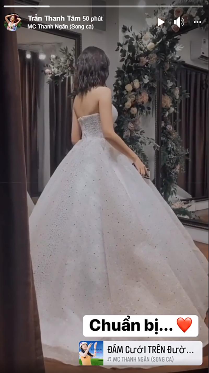 Hot girl 'Trứng rán cần mỡ' bất ngờ đăng ảnh mặc váy cưới, tuyên bố tạm ngừng thả thính từ đây 1
