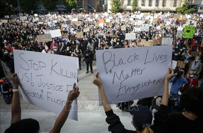 Người dân tham gia biểu tình phản đối hành vi của cảnh sát Mỹ dẫn đến cái chết của công dân Mỹ gốc Phi George Floyd tại Vancouver, British Columbia, Canada ngày 31/5/2020. Ảnh: THX/TTXVN