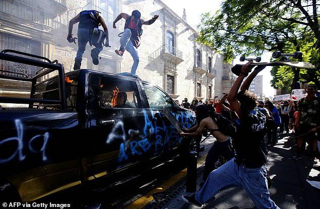 Người biểu tình ở Guadalajara tấn công một chiếc xe cảnh sát.
