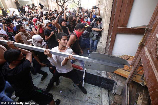 Người biểu tình phá hoạt một tòa nhà.