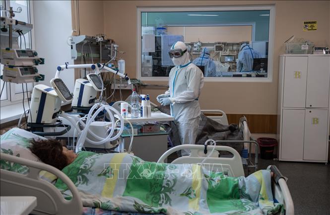 Nhân viên y tế điều trị cho bệnh nhân COVID-19 tại bệnh viện ở Tver, Nga ngày 30/5/2020. Ảnh: THX/TTXVN