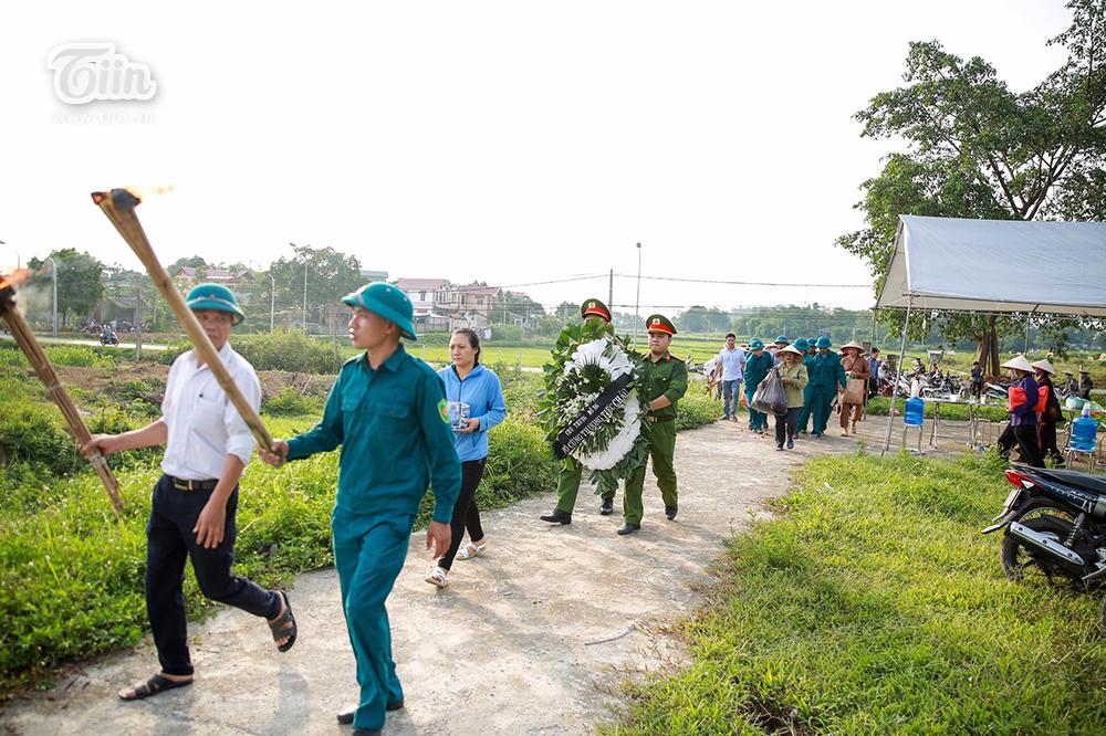 Chính quyền cùng tổ chức đám tang bé trai bị bỏ rơi ở hố ga: Mộ em sẽ được đặt về hướng nam, nơi có cánh đồng xanh mát bình yên... 4