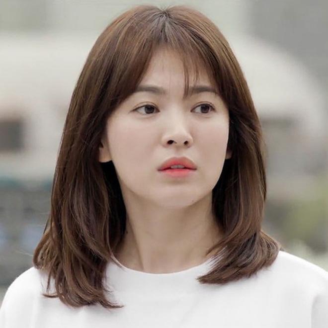 Mái tóc lửng lơ không ngắn không dài vậy mà trẻ lâu và sang hết biết, hèn chi Song Hye Kyo gắn bó suốt cũng phải 0