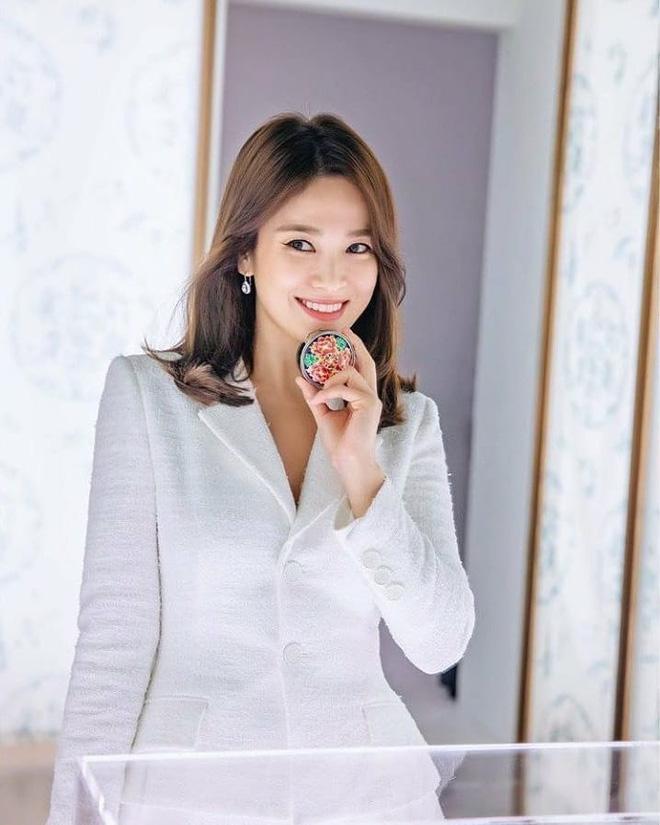 Mái tóc lửng lơ không ngắn không dài vậy mà trẻ lâu và sang hết biết, hèn chi Song Hye Kyo gắn bó suốt cũng phải 2