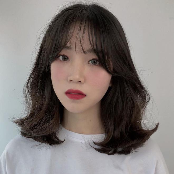 Mái tóc lửng lơ không ngắn không dài vậy mà trẻ lâu và sang hết biết, hèn chi Song Hye Kyo gắn bó suốt cũng phải 5