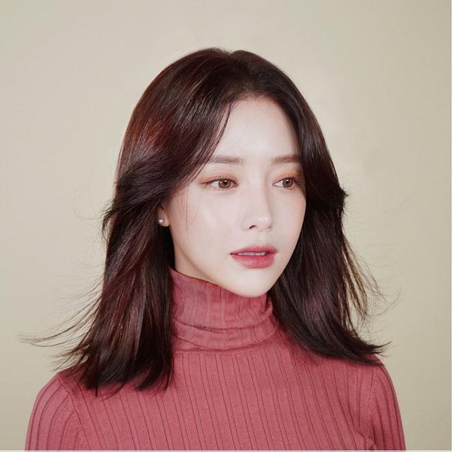 Mái tóc lửng lơ không ngắn không dài vậy mà trẻ lâu và sang hết biết, hèn chi Song Hye Kyo gắn bó suốt cũng phải 4