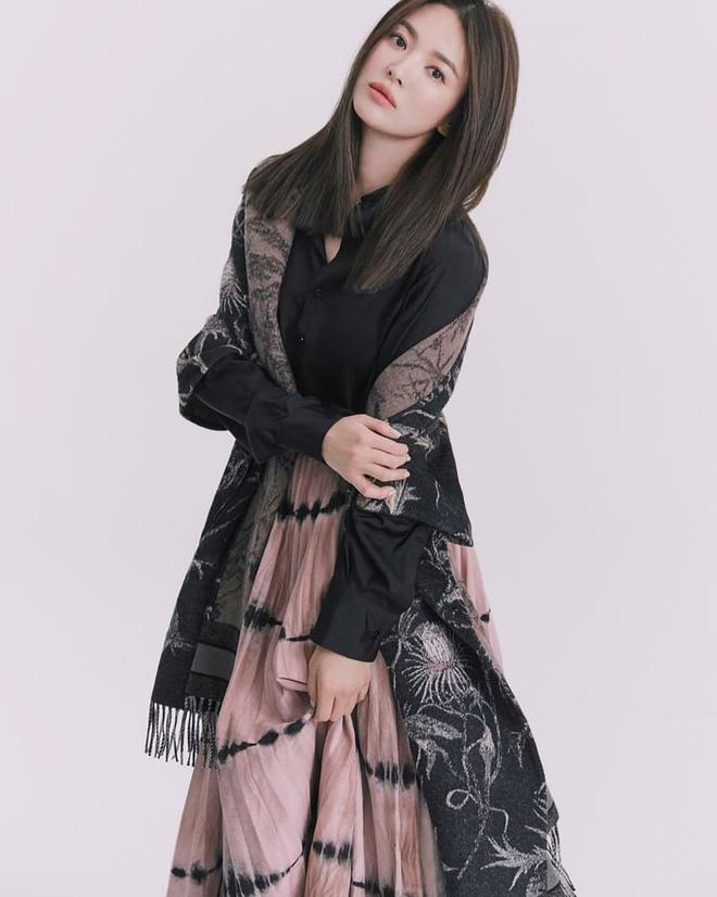 Mái tóc lửng lơ không ngắn không dài vậy mà trẻ lâu và sang hết biết, hèn chi Song Hye Kyo gắn bó suốt cũng phải 7