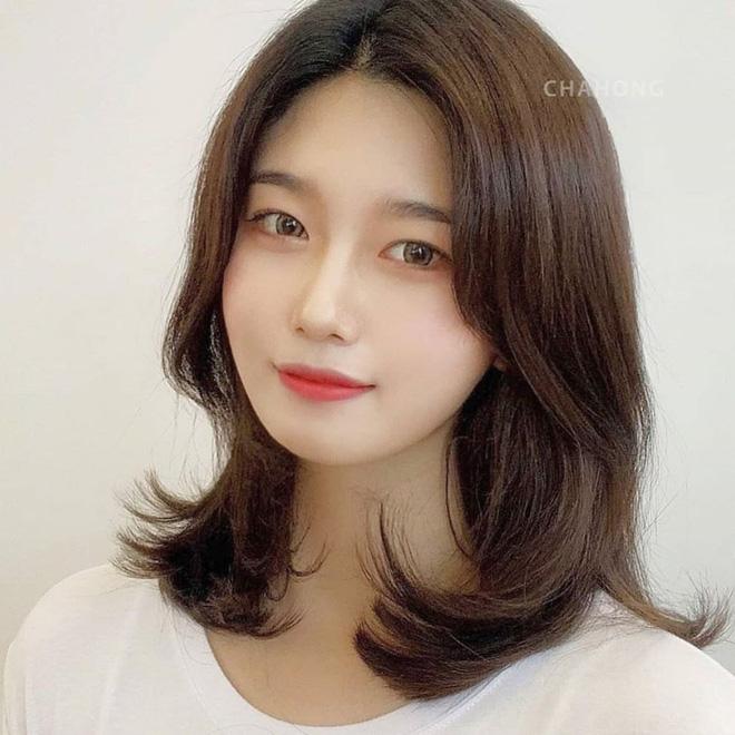 Mái tóc lửng lơ không ngắn không dài vậy mà trẻ lâu và sang hết biết, hèn chi Song Hye Kyo gắn bó suốt cũng phải 6