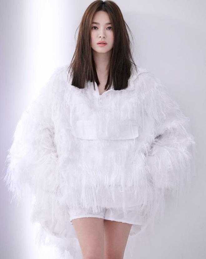 Mái tóc lửng lơ không ngắn không dài vậy mà trẻ lâu và sang hết biết, hèn chi Song Hye Kyo gắn bó suốt cũng phải 8