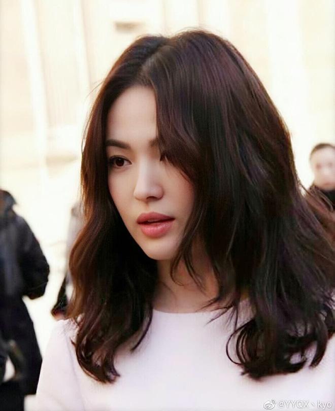 Mái tóc lửng lơ không ngắn không dài vậy mà trẻ lâu và sang hết biết, hèn chi Song Hye Kyo gắn bó suốt cũng phải 13