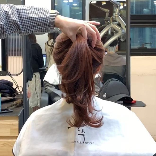 Mái tóc lửng lơ không ngắn không dài vậy mà trẻ lâu và sang hết biết, hèn chi Song Hye Kyo gắn bó suốt cũng phải 11