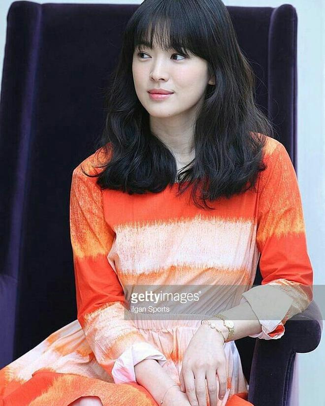Mái tóc lửng lơ không ngắn không dài vậy mà trẻ lâu và sang hết biết, hèn chi Song Hye Kyo gắn bó suốt cũng phải 14