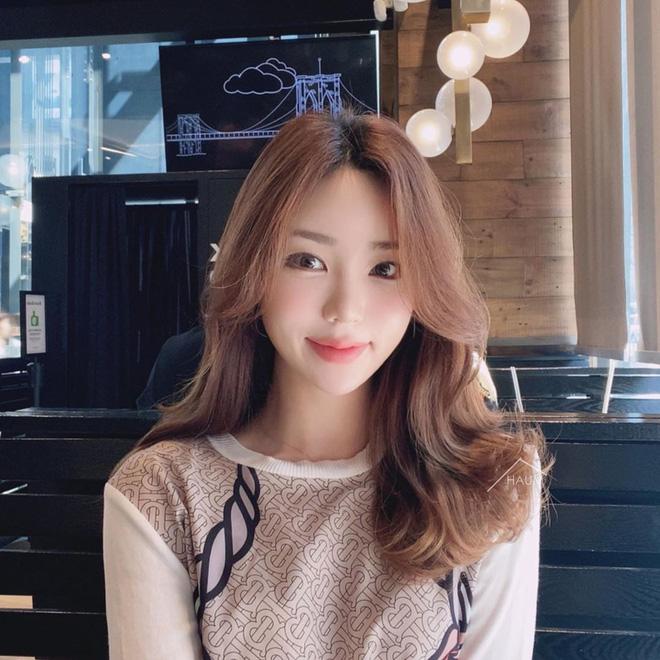 Mái tóc lửng lơ không ngắn không dài vậy mà trẻ lâu và sang hết biết, hèn chi Song Hye Kyo gắn bó suốt cũng phải 16