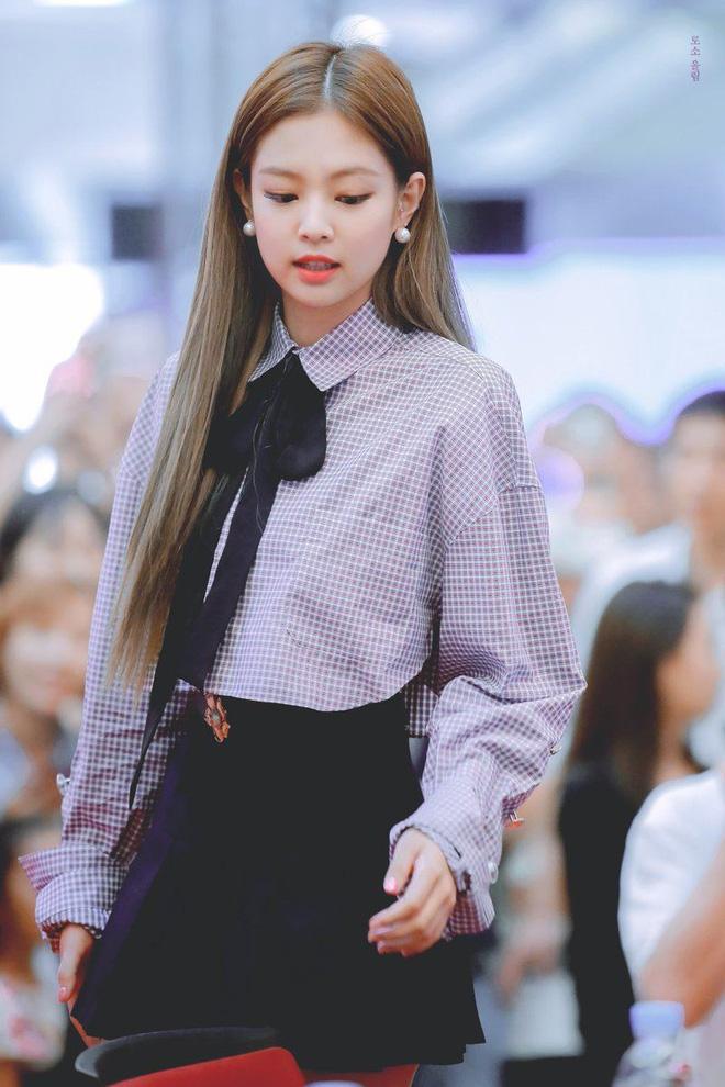 Trông cool thế nhưng Jennie lại là một bánh bèo chính hiệu: Có nguyên một rổ áo nơ, váy nơ nhưng cứ diện là sang mà chẳng sến 2