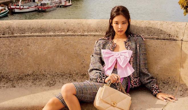 Trông cool thế nhưng Jennie lại là một bánh bèo chính hiệu: Có nguyên một rổ áo nơ, váy nơ nhưng cứ diện là sang mà chẳng sến 6
