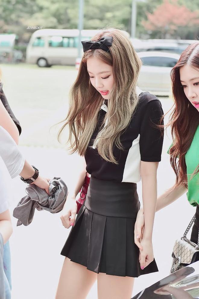 Trông cool thế nhưng Jennie lại là một bánh bèo chính hiệu: Có nguyên một rổ áo nơ, váy nơ nhưng cứ diện là sang mà chẳng sến 9