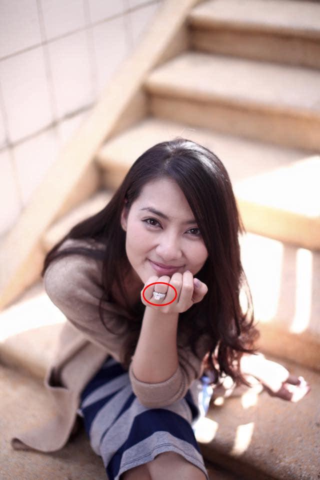 Ngọc Lan liên tục đăng trạng thái buồn hậu ly hôn Thanh Bình nhưng gây chú ý nhất vẫn là hình ảnh trên tay còn đeo nhẫn ở ngón áp út 1