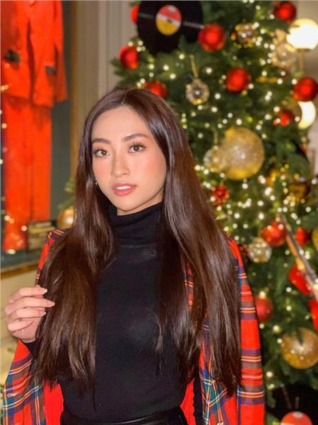 Giữa không khí Giáng sinh đang cận kề, Lương Thùy Linh chọn những bộ cánh tươi tắn hoặc đậm phong cách màu lễ hội. Và lại một lần nữa nàng Hậu ghi điểm tuyệt đối với layout make up nhẹ nhàng nhưng rất Tây của mình.