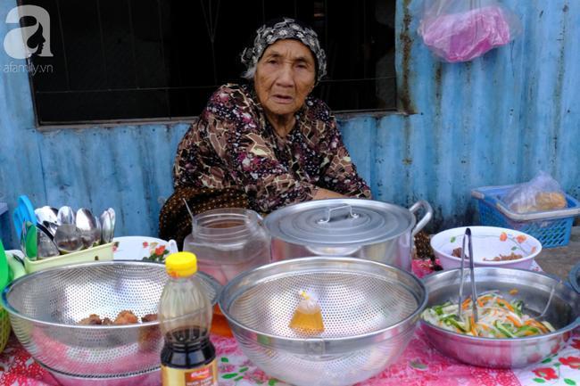Một cụ già người Chăm bán bún thịt nướng ven đường.