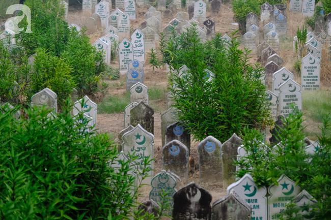 Người Chăm theo đạo Hồi ở Đa Phước thường quấn xác lại và chôn thẳng xuống đất, không dùng quan tài.