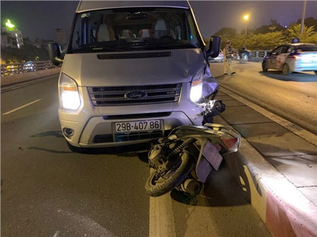 Chiếc xe máy bị xe 16 chỗ kéo lê đi một đoạn mới chịu dừng lại.
