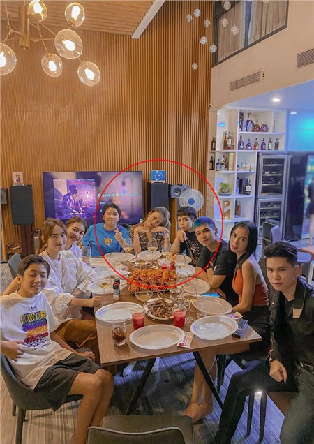 Tụ tập bạn bè thân thiết, Hoàng Thùy Linh và Gil Lê vẫn quyết ngồi cạnh nhau không rời 0