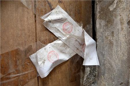 Tờ giấy niêm phong trước cửa 1 căn phòng trọ vẫn được giữ nguyên vẹn mặc dù hơn 1 năm đã trôi qua.