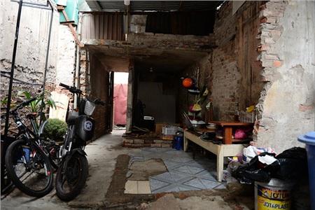 Một phần của căn nhà trọ bị cháy trước đây được vợ chồng anh Thụ tận dụng để làm chỗ nấu ăn.