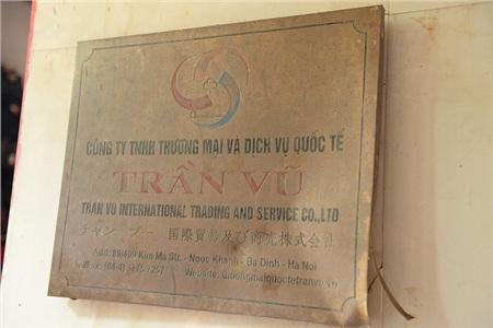 Tấm biển Công ty TNHH Thương mại và Dịch vụ Quốc tế Trần Vũ được khắc bằng đồng hoen ố sau hơn 1 năm công ty này ngừng hoạt động.