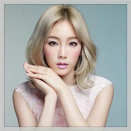 Không thể phủ nhận từng đường nét của Taeyeon rất xinh nhưng trong trường hợp này, thợ makeup lại chọn nhầm màu son và phấn má hồng nhạt nhẽo khiến gương mặt của cô trở nên lạ lẫm, sến súa.