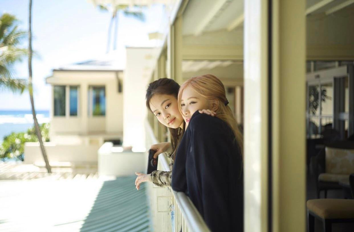 Chưa cần tạo dáng cầu kỳ, chỉ cần chụp ảnh Jennie và Rosé đang nói cười vui vẻ cũng đủ để có bức hình đẹp thể hiện tình cảm khăng khít giữa các cô nàng.