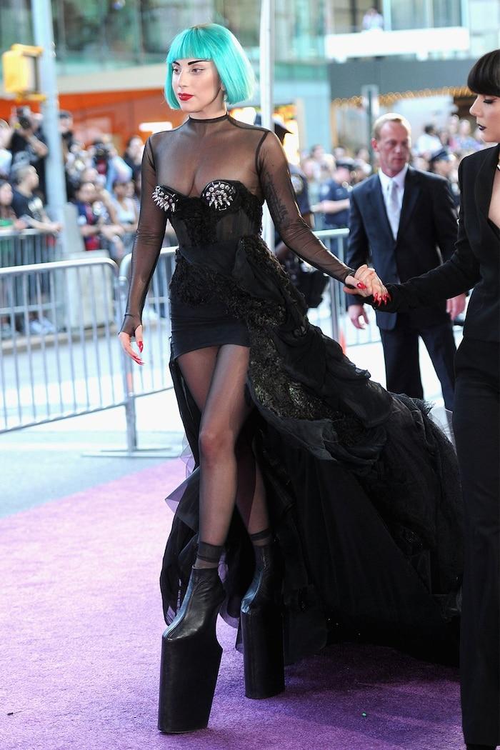 Bạn có dám bước đi trên đôi giày cao 24 cm trước mặt hàng nghìn người như Lady Gaga?
