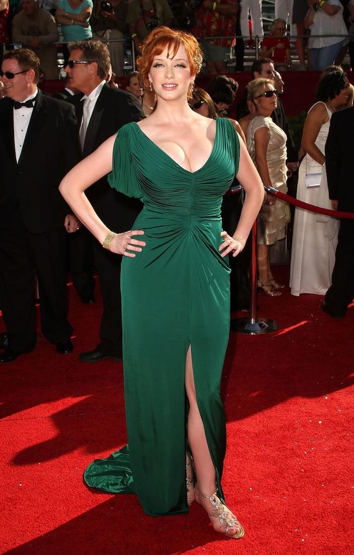 Đôi giày quá nhỏ chẳng ăn nhập gì với chiếc váy sang trọng của Christina Hendricks.