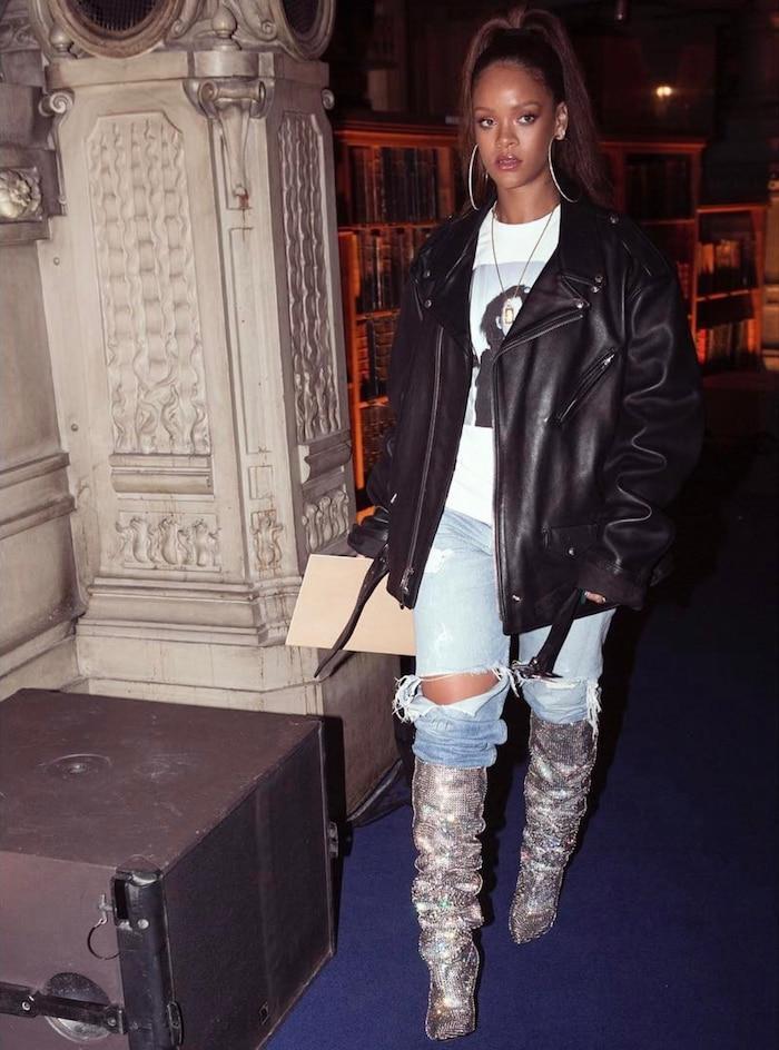 Đôi giày 'nỗi đau thời trang' của Rihanna có giá 10,000 đô la (235,084,290 VNĐ).