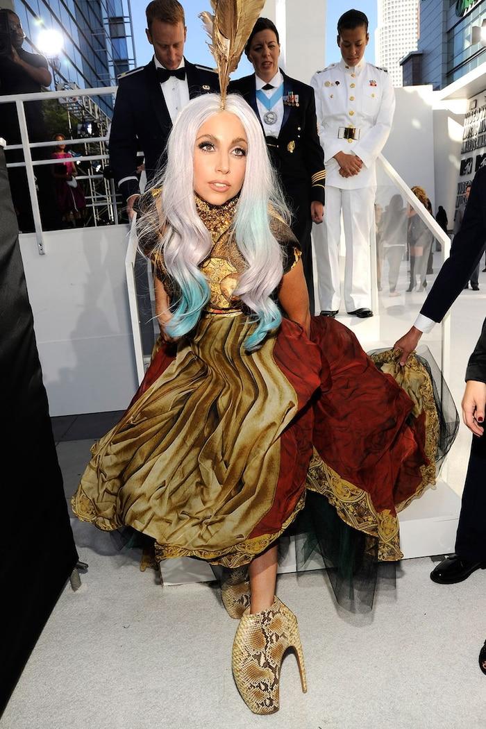 Đôi giày Alexander McQueen Armadillo của Lady Gaga làm chúng ta liên tưởng đến các vũ công múa ba lê. Hãy thử tưởng tượng bạn phải đứng bằng mũi chân trong cả buổi tối.