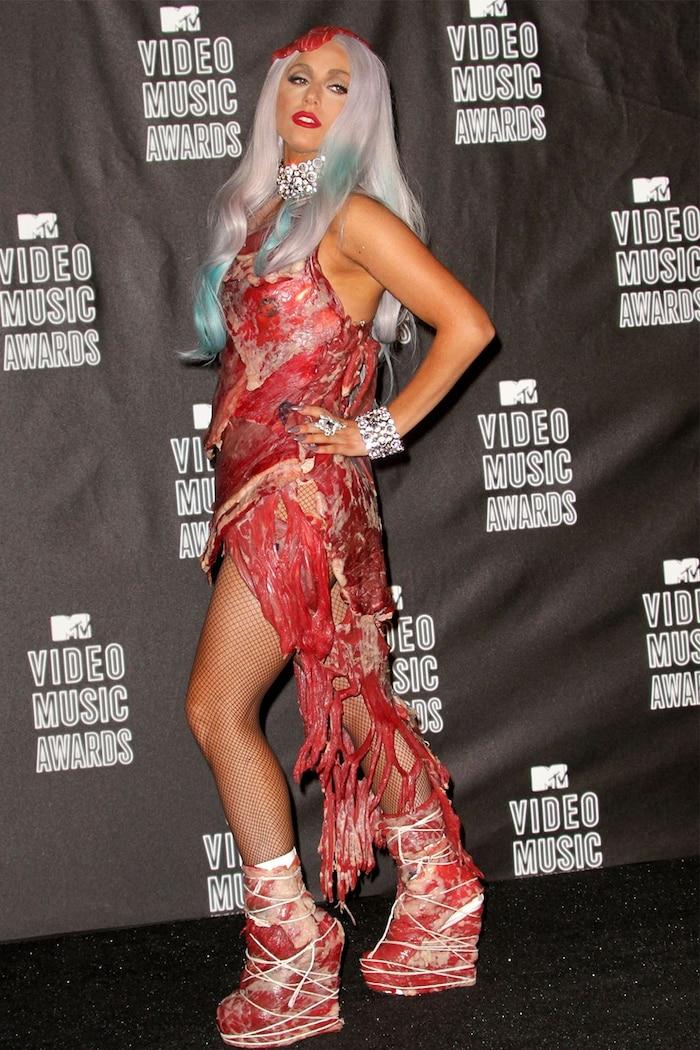 Ở thời kỳ 'quái dị' đỉnh cao, Lady Gaga từng mặc một cây thời trang thịt sống.