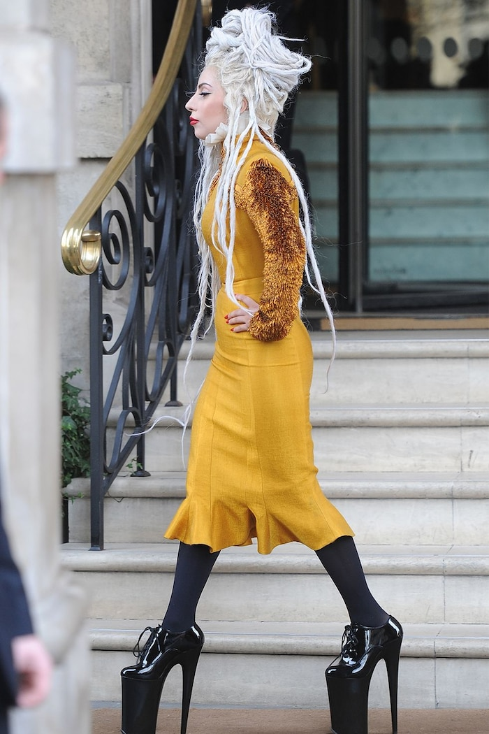 Thật lạ lùng khi Lady Gaga có thể tự đi lại trên đôi giày khủng bố này.
