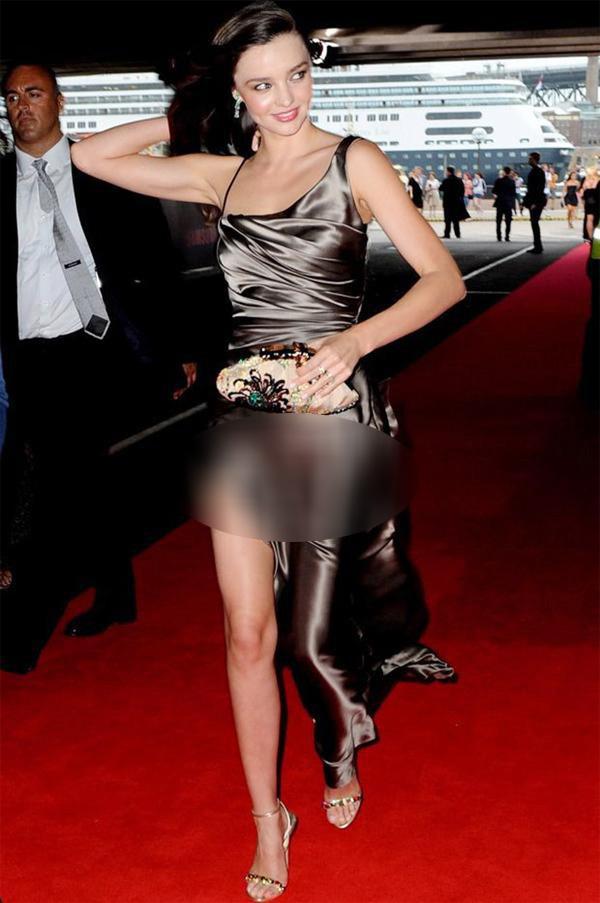 Từ sao Hàn duyên dáng như Park Min Young, đến sao Hollywood thanh lịch sang trọng như Miranda Kerr cũng từng bị thiết kế đầm lụa không kể là chân váy hay váy liền làm cho một phen 'đỏ mặt'.