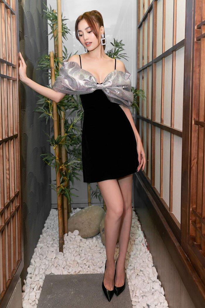 Giày mũi nhọn với sắc đen cũng được sử dụng nhằm tạo thành tổng thể hoàn chỉnh. Sau thời gian cách li vì bệnh dịch, sự xuất hiện trở lại của các người đẹp đã khiến tín đồ thời trang mãn nhãn.